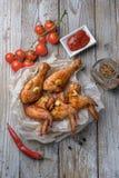 Os pés e as asas cozidos de galinha encontram-se na tabela Fotos de Stock Royalty Free