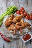 Os pés e as asas cozidos de galinha encontram-se na tabela Foto de Stock Royalty Free