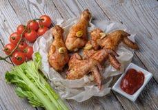 Os pés e as asas cozidos de galinha encontram-se na tabela Imagens de Stock