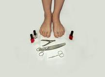 Os pés e os dedos do pé em mal estado e precisam em um pedicure Fotografia de Stock Royalty Free