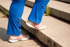 Os pés fêmeas do atleta do esporte endireitam o pé dobrado Fotografia de Stock Royalty Free