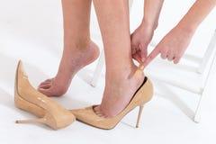 os pés fêmeas na dor após ter vestido a elevação colocaram saltos sapatas Fotos de Stock Royalty Free