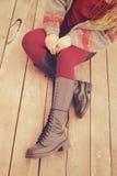 Os pés fêmeas vestiram-se nas sapatas de couro com laços e fizeram-se malha meias, jérsei da forma e mãos com o anel feito dos gr Foto de Stock Royalty Free