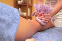 Os pés fazem massagens com sacos Fotografia de Stock Royalty Free