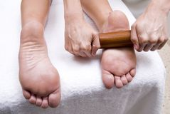 Os pés fazem massagens para relaxar com uma mulher Fotografia de Stock Royalty Free