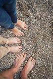 Os pés genam, mãe e criança no litoral 8642 Fotos de Stock Royalty Free