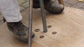 Os pés gerenciem uma roda do ` s do oleiro video estoque