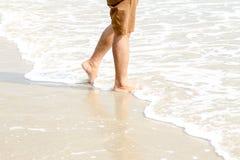 Os pés humanos que andam na praia, turista relaxam em férias de verão foto de stock royalty free