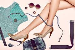 Os pés magros 'sexy' da mulher com grupo de luxo à moda fotografia de stock