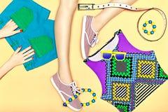 Os pés magros 'sexy' da mulher com grupo de na moda à moda Fotos de Stock Royalty Free