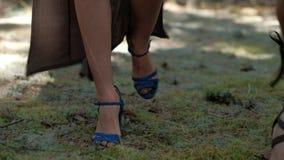 Os pés modelam anunciando botas à moda do ` s das mulheres video estoque