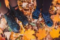 Os pés serem de mãe e filha nos Yellow Pages imagens de stock