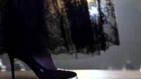 Os pés somente no desfile de moda, modelos entram na passarela no fumo em um fundo borrado vídeos de arquivo