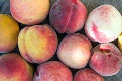 Os pêssegos doces na tabela Fotografia de Stock