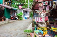 Os países do mundo sinalizam fora de uma barra na praia só, Koh Chang, Tailândia Imagem de Stock