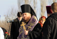 Os padres da igreja ortodoxa leem a oração Fotografia de Stock Royalty Free