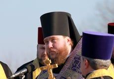 Os padres da igreja ortodoxa leem a oração Fotografia de Stock