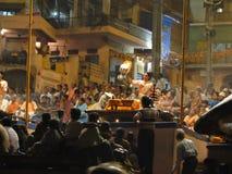 Os padres do Brahmin conduzem o aarti Foto de Stock
