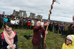 Os Pagans e as druidas marcam o solstício de inverno em Stonehenge Fotografia de Stock