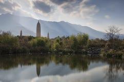 Os pagodes pagodes famosos de China em três em Dali, província de Yunnan Fotografia de Stock