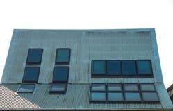Os painéis da célula solar instalam no telhado de uma casa da energia alternativa do eco imagens de stock
