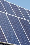 Os painéis solares embebem acima o sol imagens de stock