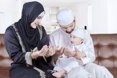 Os pais árabes ensinam seu filho rezar Foto de Stock Royalty Free