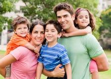 Os pais caucasianos andam às cavalitas suas crianças Imagem de Stock Royalty Free