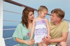Os pais com filha apreciam o mar no iate Imagem de Stock Royalty Free