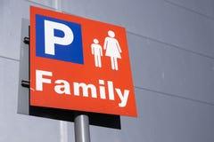 Os pais da família com sinal do parque de estacionamento das crianças das crianças no shopping vendem a varejo o parque imagens de stock royalty free