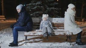 Os pais discutiram e sentam as partes traseiras no banco, menina triste pequena entre elas filme