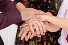 Os pais e sua posse das crianças entregam junto Foto de Stock