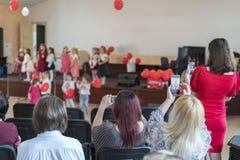 os pais estão olhando as crianças do desempenho no jardim de infância fotos de stock royalty free