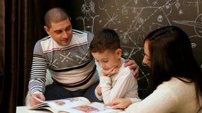 Os pais leram um livro com um conto de fadas do Natal video estoque