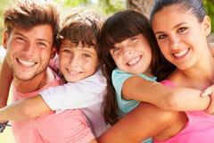 Os pais que dão crianças rebocam o passeio fora foto de stock royalty free