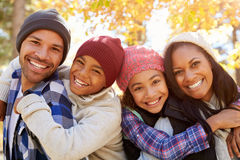 Os pais que dão crianças rebocam o passeio na caminhada nas madeiras Fotografia de Stock