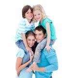 Os pais que dão suas crianças andam às cavalitas o passeio Imagens de Stock