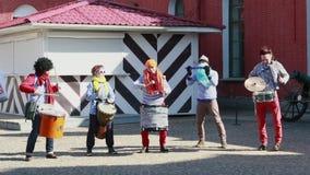 Os palhaços jogam a música no festival engraçado XVI em St Petersburg vídeos de arquivo