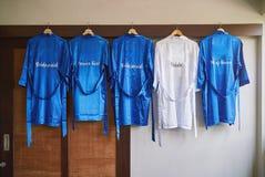 Os panos nupciais no pano do azul e da noiva no branco com nome fazem malha no casamento traseiro, real fotos de stock
