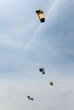 Os papagaios coloridos voam no céu nebuloso Kitesurfing Foto de Stock Royalty Free