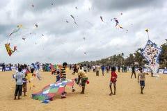 Os papagaios são preparados à descolagem no céu acima da praia de Negombo em Sri Lanka durante o festival anual do papagaio Imagens de Stock