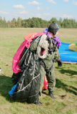 Os parachutis levam um pára-quedas Foto de Stock Royalty Free