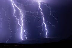 Os parafusos de relâmpago golpeiam uma montanha durante um temporal Fotografia de Stock