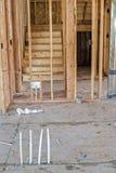 Os parafusos prisioneiros de madeira de um corte áspero dirigem a construção e as escadas Imagem de Stock Royalty Free