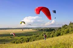 Os paragliders múltiplos sobem no ar Foto de Stock Royalty Free