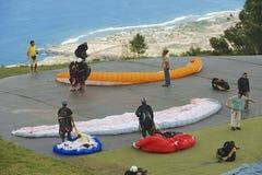 Os Paragliders preparam-se para voar em Les Colimatons Les Hauts De Reunião, França Imagens de Stock