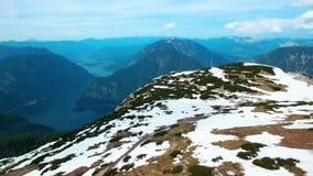 Os Paragliders voam das montanhas nevado em Áustria Tempo ensolarado e bonito nos cumes filme