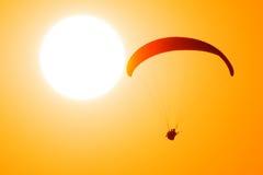 Os Paragliders voam no céu Fotografia de Stock