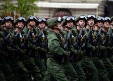 Os paramilitares do 331st guardam o regimento do paraquedas de Kostroma durante o ensaio de vestido da parada no quadrado vermelh imagem de stock