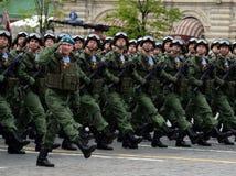 Os paramilitares do 331st guardam o regimento do paraquedas de Kostroma durante o ensaio de vestido da parada no quadrado vermelh Imagens de Stock